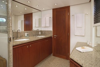 Master head with separate toilet room (sistership)