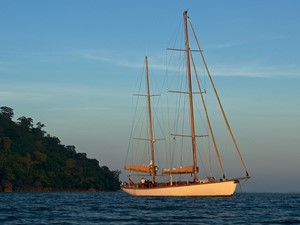 Aventure 9 Ketch Classic Yacht 28m - starboard profile view