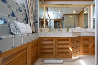 6 - VIP Bathroom Monaco © YachtShot L062