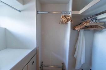 GOLDEN TOUCH 18 MASTER STATEROOM - Walk-in Closet