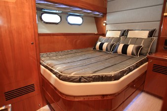 JOHNSON 80' FLYBRIDGE w/FISHING COCKPIT 5 Mid cabin