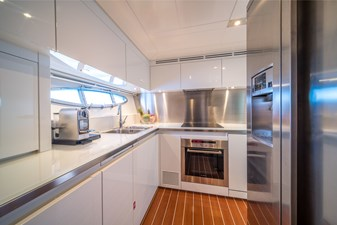 2011 Itama 75 galley kitchen for sale / a vendre