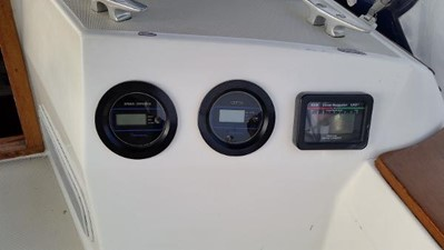 Depth and speed on the starboard bulkhead