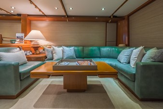Salon Settee to Starboard