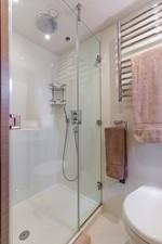 LONG WAY ROUND 15 Guest Bath