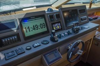 LADY LARISA 8 Main helm station