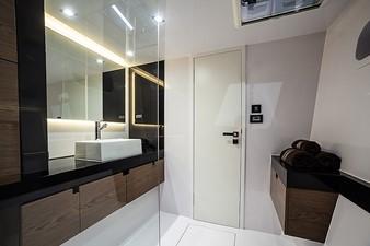 HAPPY 8 Sunreef 60 Loft master bathroom