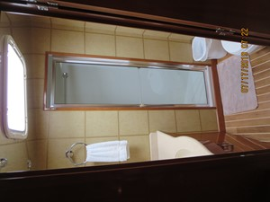 TRUE GRITS 19 2002 60' Hatteras Convertible Master Bath