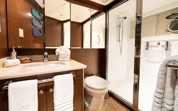Guest Bath - Stbd.
