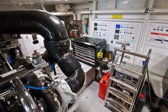 2009 85 Azimut Flybridge - Engine Room (3)