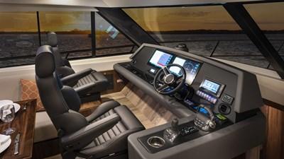 Riviera 545 SUV 8 Riviera-545-SUV-Helm-01