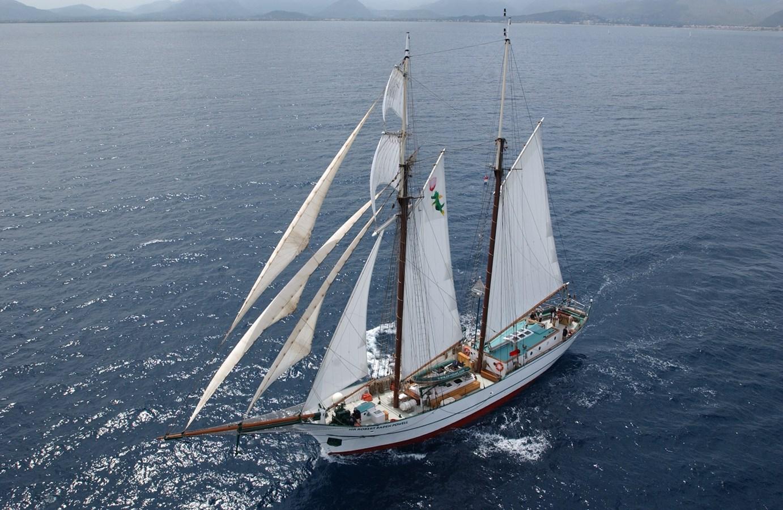 SIR ROBERT - modern Baltimore Clipper / Topsail Schooner under sail