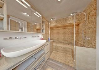 SILENT-YACHTS_SILENT80_C_Mastercabin_Bathroom+Steam-Sauna_1