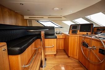 2003 100' Hatteras Motor Yacht Helm