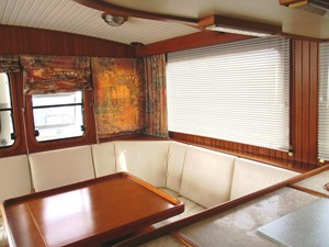 Salon dinette area, port side aft
