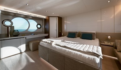 08_MCY70skylounge_Owner-cabin