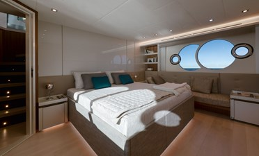 09_MCY70skylounge_Owner-cabin
