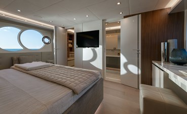 10_MCY70skylounge_Owner-cabin