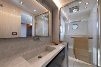 12_MCY70skylounge_Owner-cabin_bathroom