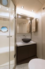 18_MCY70skylounge_Guest-cabin-bathroom
