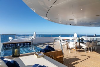 Sundeck Forward With Whirlpool, Dining And Bar