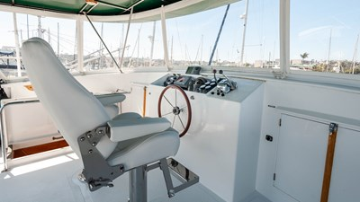 STAR QUEEN 57 flybridge helm