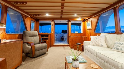 STAR QUEEN 57 salon looking aft