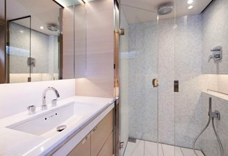 PRINCESS 30M - Forward Port Stateroom Bathroom