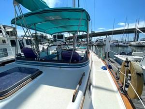 Endeavour 40 CC starboard side deck