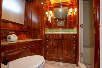 Starboard Mid Guest Suite Bath