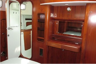 Vanity and access to head, aft cabin