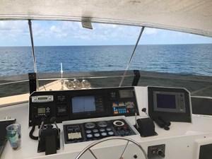 MON SHERI 70 Flybridge helm