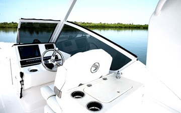 wide_transom_230cx_helm