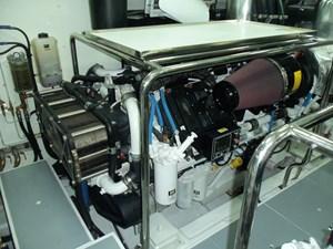 JOHNSON 93 OPEN BRIDGE 52 Starboard engine