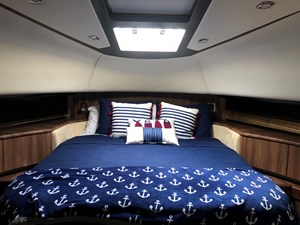 68 Fairline Squadron 77 VIP Stateroom Bow (3)
