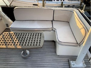 Flybridge aft seating and cocktail table