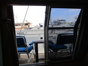 39. Carver 500 Aft Master Stateroom Slider Open To Cockpit