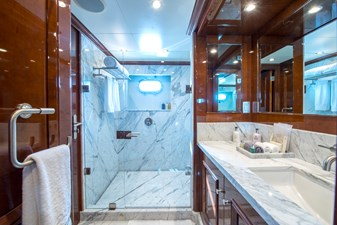DE-DE 6 guest-cabin-bathroom2