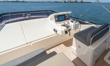 SILVER LINING 20 Flybridge Helm and Sun Pad