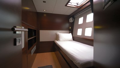 Single convertible port aft cabin