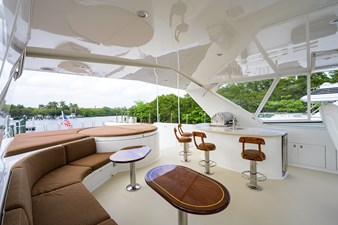 FLYBRIDGE / SEATING AND BAR