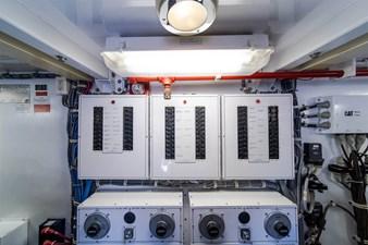 DR. DARK 74 Engine Room