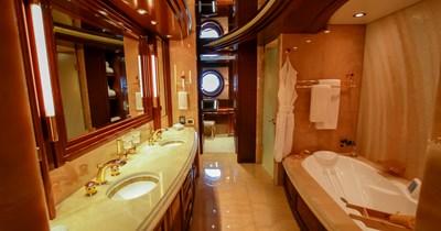 BLUE MOON 17 Owner's En-Suite