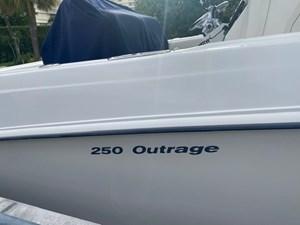 Boston Whaler 250  8