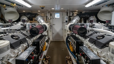 VANQUISH 23 Engine Room