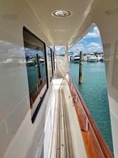 Doña Mimi 31 31. Starboard side covered walkway