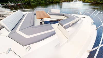 HANG TIME 30 Bow Deck