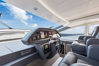 Monarc 9 Helm to Starboard
