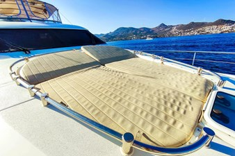 SEVEN 8 Sunbathing cushions on bow