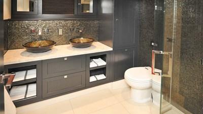 LIVINGSTONE 15 yacht-livingstone-interior-master-bathroom-1